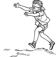 Ein Junge läuft mit verbundenen Augen und ausgestreckten Armen